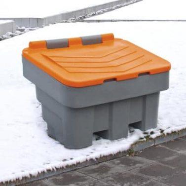 Geschlossener Streugutbehälter aus PE im Schnee