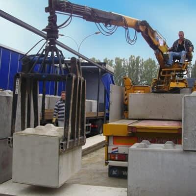 Anlieferung und Montage von Betonblöcken mit verschiebbarem Dach