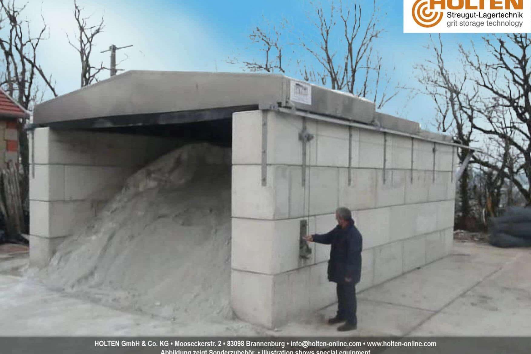 Offener Betonblock mit Inhalt und verschiebbarem Dach