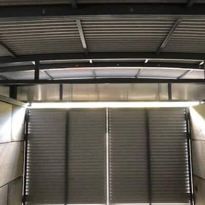 Innenansicht eines Tors von Betonblöcken mit verschiebbarem Dach
